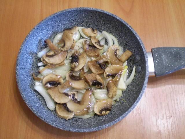 4. Лук и грибы жарим до готовности на масле.