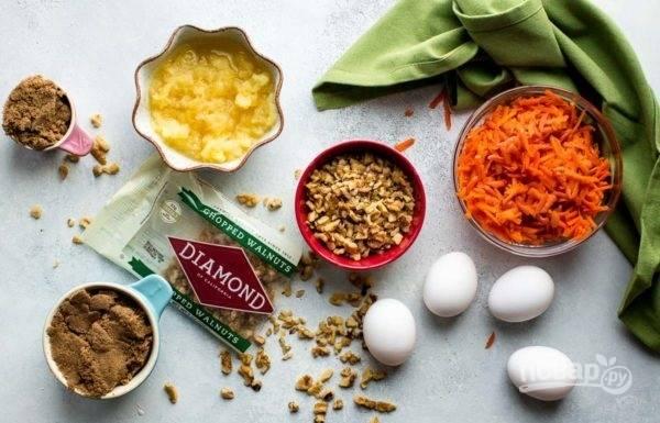 1.Очистите морковь и натрите ее на крупной терке. Ананас натрите на крупной терке или измельчите в пюре с помощью блендера. Грецкие орехи нарубите ножом.