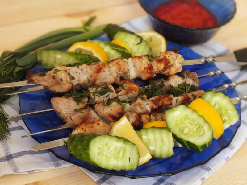 Подавайте шашлык с зеленью, томатным соусом и свежими овощами на ваш вкус. Приятного аппетита!