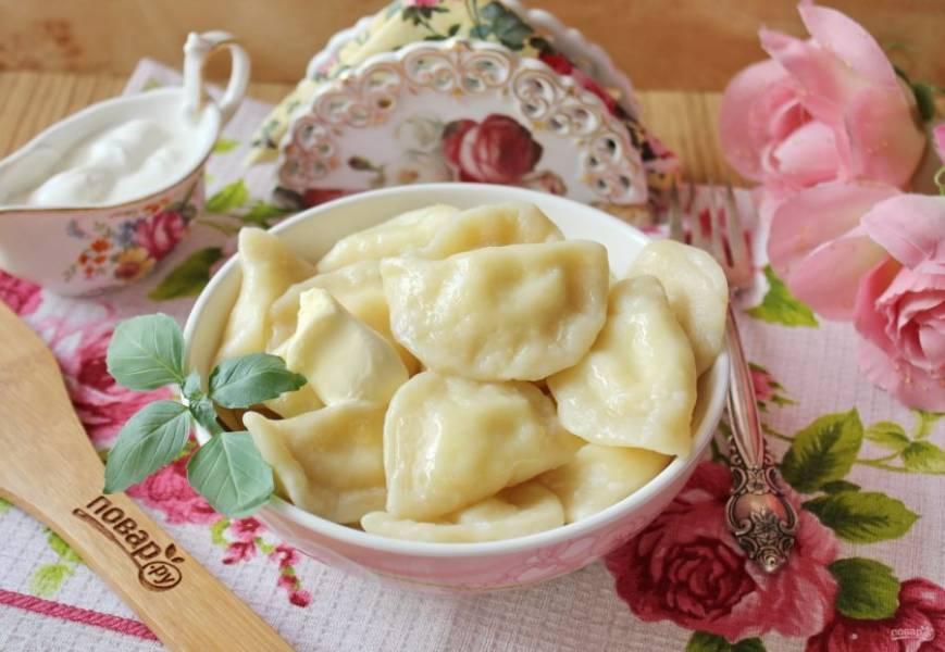 Сразу же подавайте вареники к столу со сметаной, сливочным маслом, вареньем.