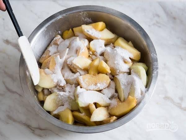 6. Откиньте на дуршлаг, чтобы обсушить немного яблоки. После присыпьте сахаром и корицей. Добавьте кукурузный крахмал и все как следует перемешайте.