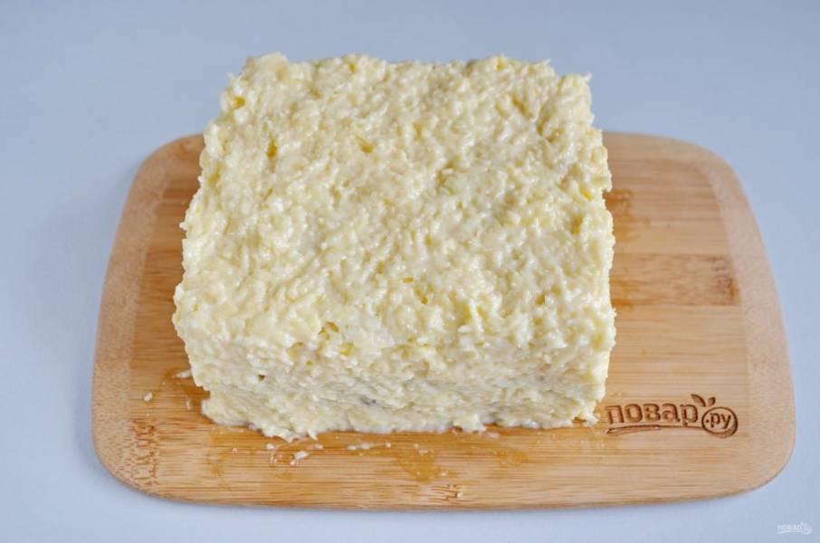 Оставшееся мягкое масло соедините с тертым сыром и майонезом. Перемешайте хорошо. Полученной смесью обмажьте торт со всех сторон.