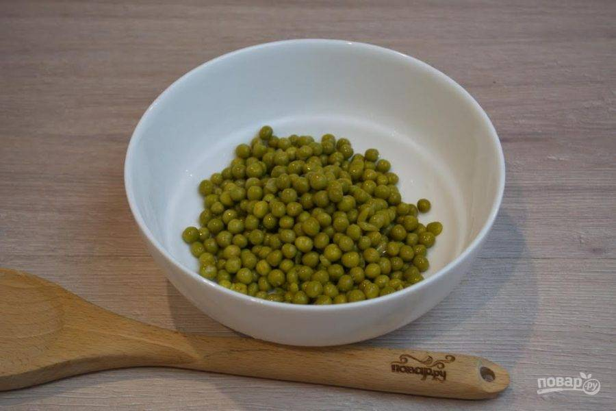 """1. Для приготовления салата """" Ежик"""" нужно извлечь горошек из банки, предварительно слив воду. Горошек поместите в салатник."""