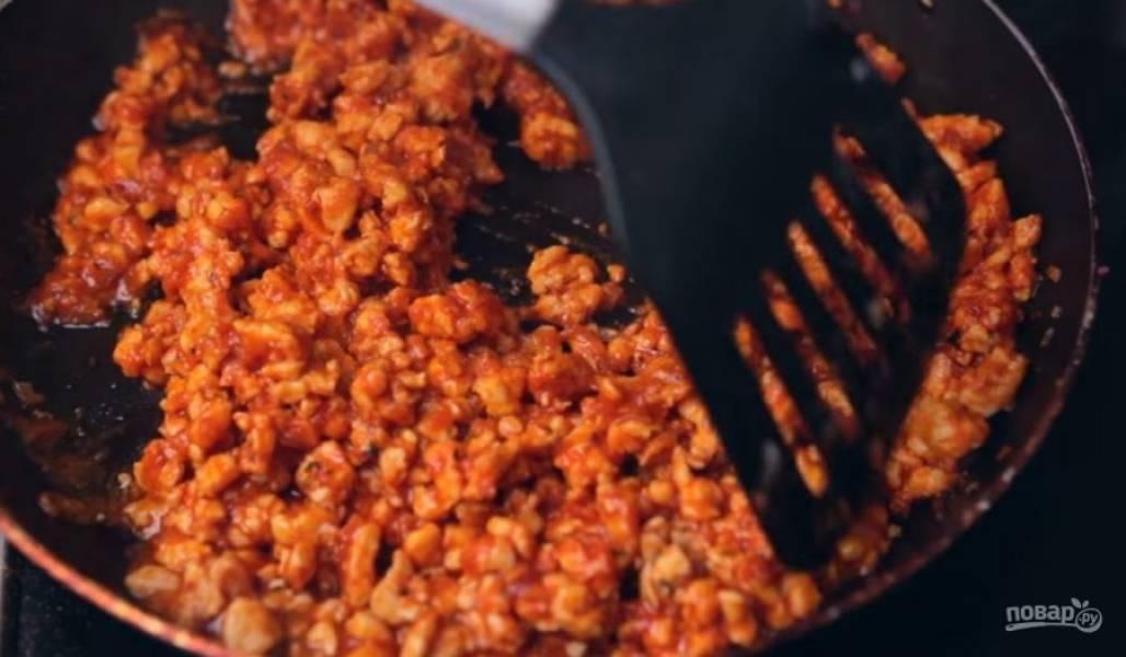 2. Добавьте томатную пасту, бульон или кипяток, соль, острый перец, паприку, черный перец и базилик. Хорошо все перемешайте, по необходимости добавьте еще воду. Выпарьте жидкость.