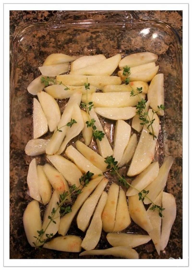 Выкладываем одним слоем топинамбур в жароустойчивую форму, сбрызгиваем оливковым маслом, добавляем полстакана воды, соль и перец. Посыпаем тимьяном и запекаем примерно 1 час при 190 градусах.