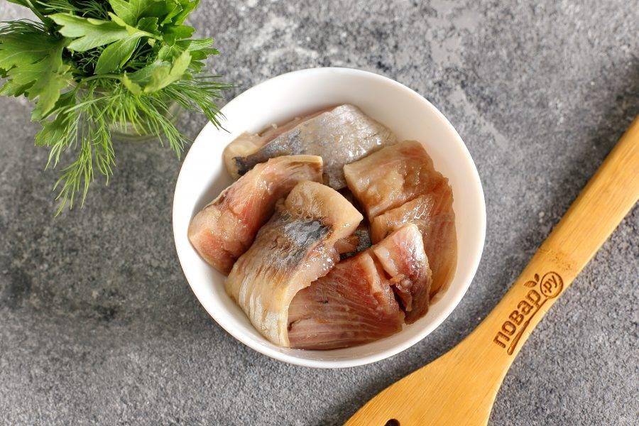 Яйца натрите на крупной терке, добавьте майонез, свежую зелень, соль и черный молотый перец по вкусу. Хорошо перемешайте.