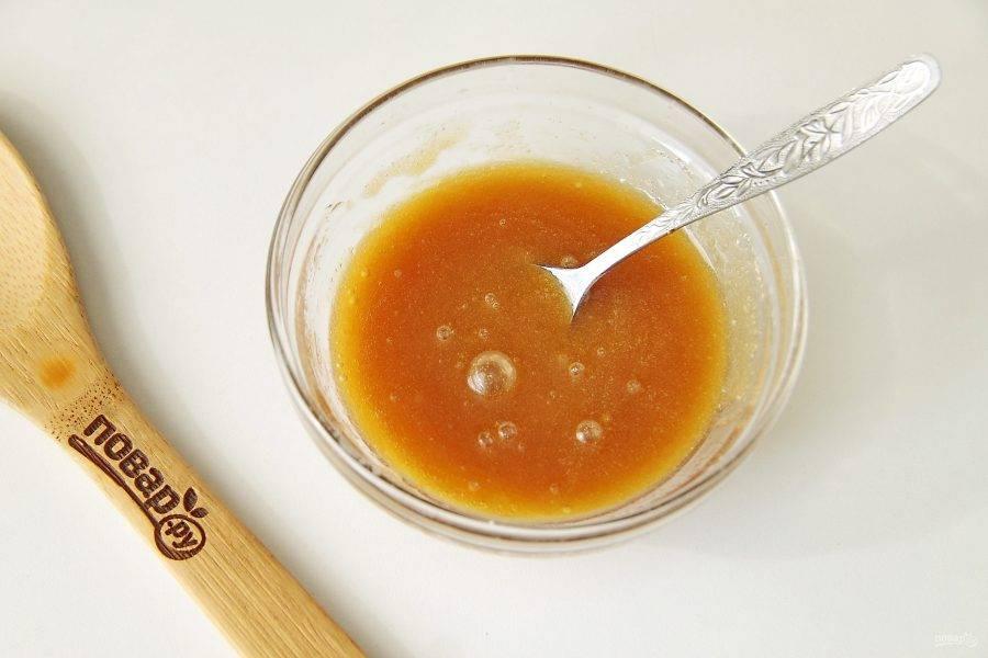 Для заливки смешайте сахар, растопленное сливочное масло и кленовый сироп.