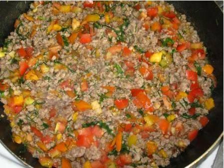 2. Теперь займемся фаршем. Тут все просто - обжарим фарш на сковороде на масле (ложка) вместе с помидорами, зеленью и специями по вкусу.