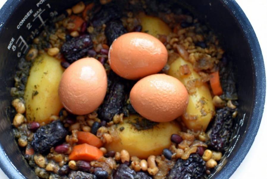 За час до окончания приготовления положите в чашу сваренные в мешочек яйца, предварительно надтреснув скорлупу, и пусть пропитываются ароматами. Многие кладут яйца в чолнт сырыми, тщательно промыв их перед закладкой.