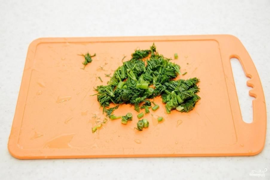 3. Очистите и пропустите через пресс чеснок. Вымойте и обсушите небольшой пучок зелени, измельчите его. Если свежей зелени под рукой не оказалось, можно использовать щепотку сушеной для аромата.