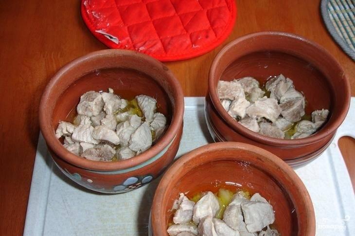 5.Накройте горлышко горшочка пищевой фольгой и поставьте выпекаться в разогретую до 200 градусов духовку на 45-50 минут.
