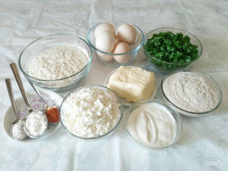 В первую очередь подготовьте все ингредиенты, указанные в составе. Сливочное масло заранее выньте из холодильника, яйца отварите, зелёный лук порежьте кольцами. Вместо паприки можно использовать любые специи по вкусу.