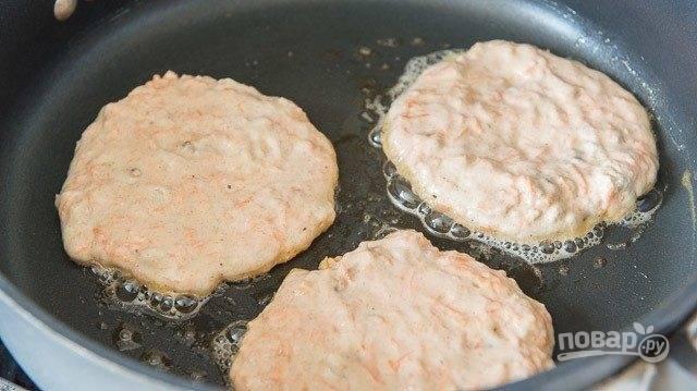 6. Далее выпекайте панкейки в разогретом масле с обеих сторон по 2-3 минуты.