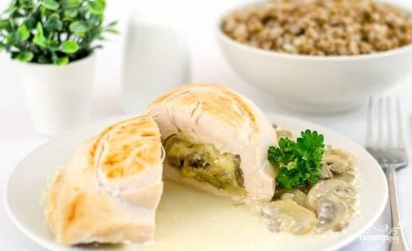 Блюдо посолите и тушите в течение 20 минут на маленьком огне под крышкой. Подавайте с любимым гарниром или просто с грибами со сковороды.