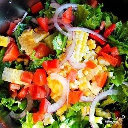 Перемешиваем все овощи в салатнице. Про нарезку ничего не говорю - нарезайте, как кому нравится, это не принципиально. Я предпочитаю помельче.