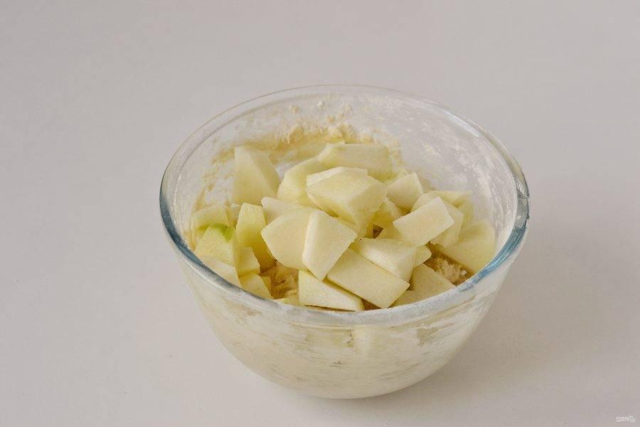 Яблоки очистите от кожуры, нарежьте маленькими ломтиками. Добавьте в тесто и тщательно перемешайте.