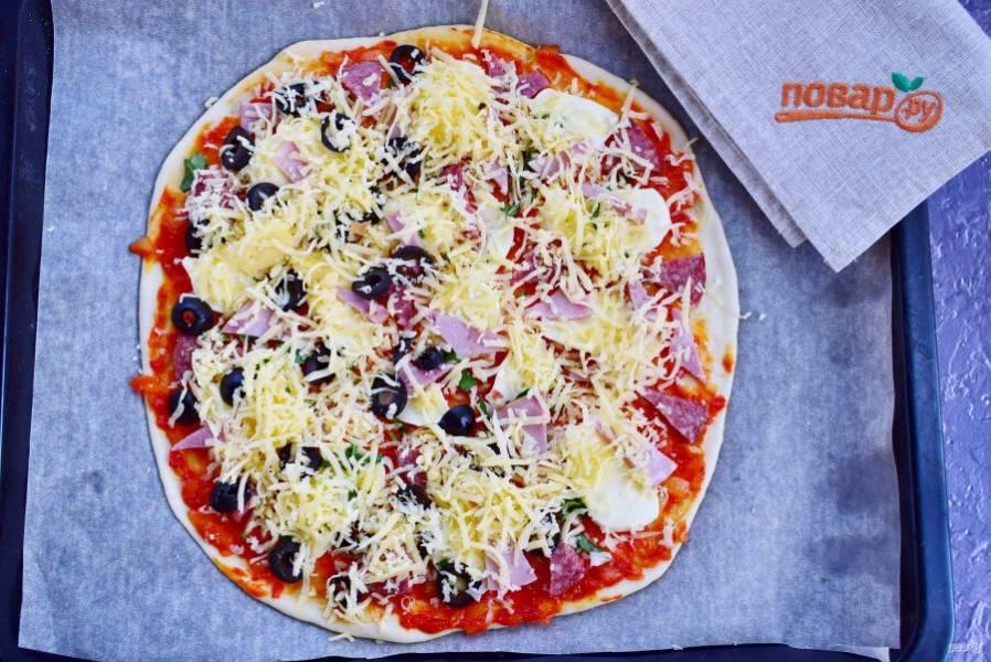 9.    Посыпьте сверху сыром, натертым на крупной терке. Поставьте запекаться пиццу в разогретую до 200 градусов духовку на 15-20 минут. Ориентируйтесь по своей духовке. Подготовьте вторую пиццу.