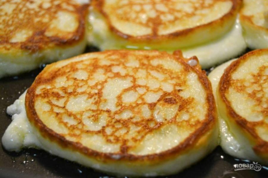 4.Обжарьте сырники с двух сторон до золотистого цвета.