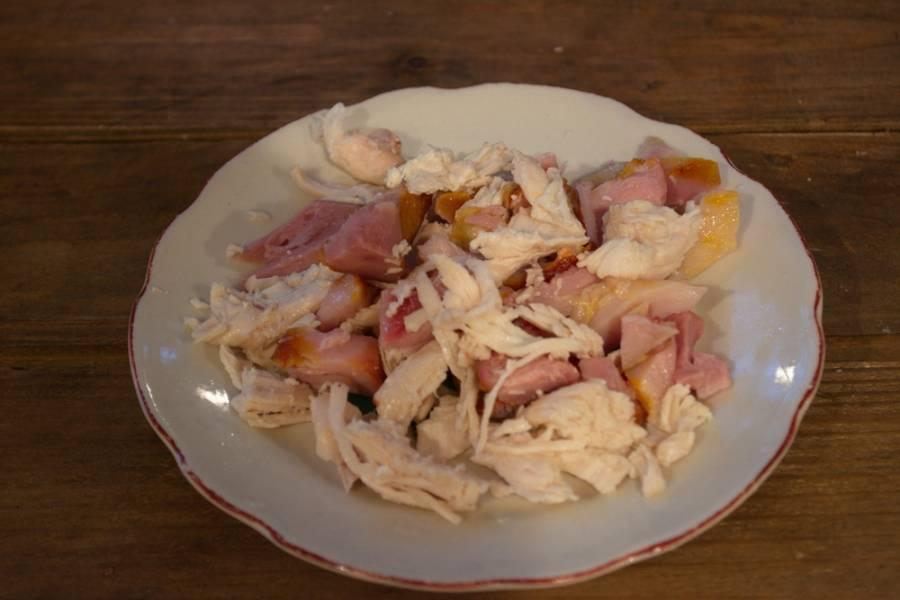 Мясо птицы срезать с кости. Нарезать небольшими кусочками. У меня курица копченая. Я использую два вида мяса (филейное и мясо с ноги).