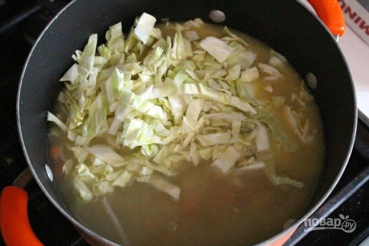 Затем в кастрюлю влейте заранее подготовленный бульон. Нашинкуйте капусту и нарежьте кубиками картофель.
