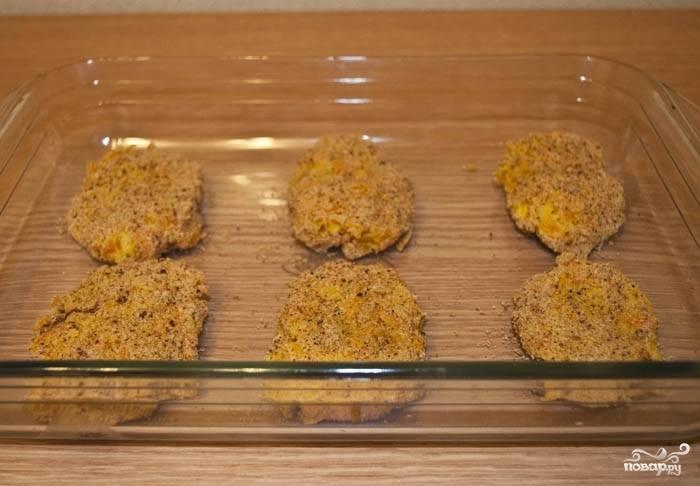 Выкладываем котлеты в форму для запекания и отправляем в духовку. Готовятся они минут 25-30 при температуре 180 градусов.