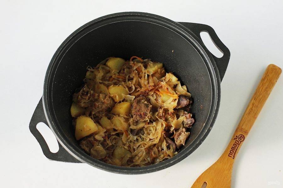 Баранина тушеная с квашеной капустой готова. Мясо получается сочное и очень нежное, все ингредиенты просто великолепно сочетаются между собой.