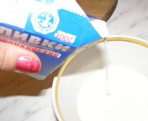 Муку разведите сливками, протрите смесь через сито, перемешайте. Затем добавьте сливочный соус к готовому мясу. Посолите и поперчите.