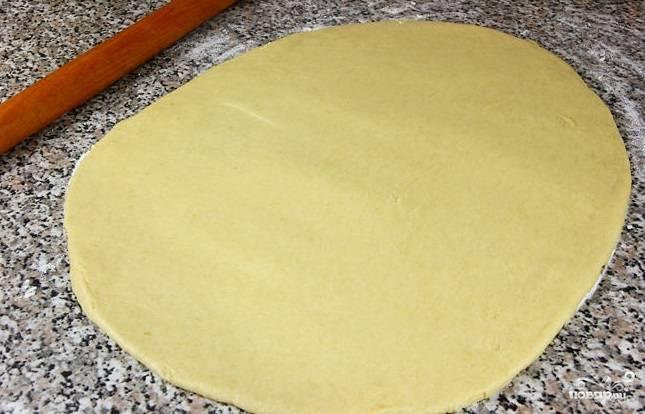 6. Раскатайте тесто до полусантиметровой толщины.