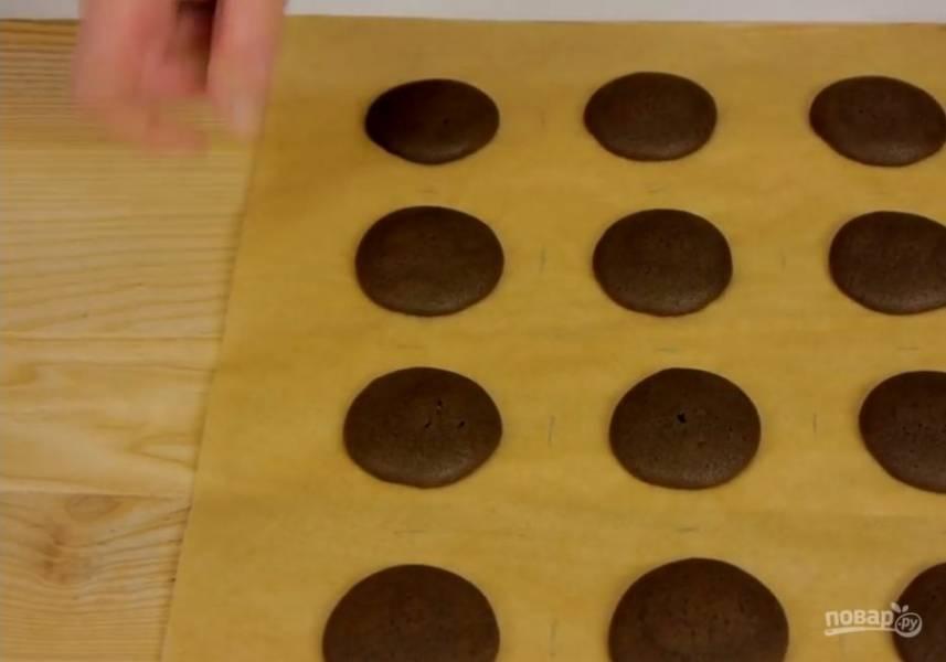 4.  На пергаментной бумаге нарисуйте круги для будущего печенья, переверните ее и выдавите печенье из отложенного теста. Отправьте в разогретую до 180 градусов духовку на 10-12 минут. Заготовки полностью остудите и для каждой найдите пару.