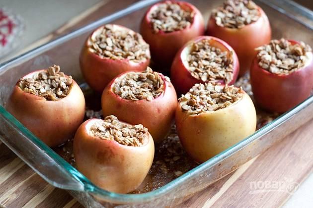7. Запекайте яблоки в разогретой до 170-180 градусов духовке 30-40 минут.