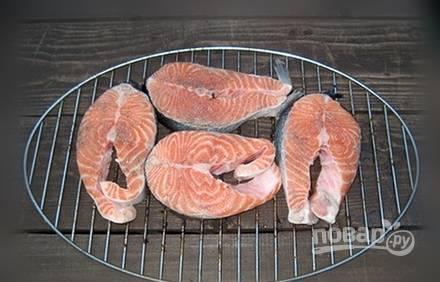 Решётку для гриля смажьте маслом. Выложите на неё маринованные стейки.