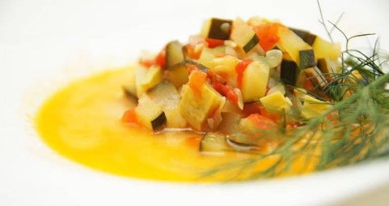 """5. Таким будет классический рецепт """"Кабачки на пару"""" в мультиварке: нарежьте среднего размера кабачок, помидор, болгарский перец и морковь. Отправьте в мультиварку, добавив воды и выбрав нужный режим. Представленный ранее рецепт также требует добавление воды в пароварку. По желанию - экспериментируйте и проявляйте фантазию."""