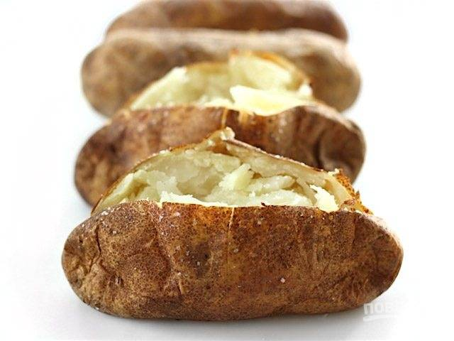8.Когда картофель будет готов, разделите его на две части и вилкой немного разомните в середине.