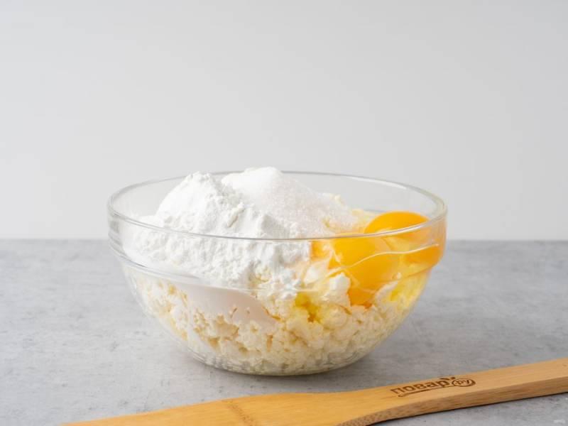 В творог добавьте яйца, сахар, сметану, крахмал и соль.