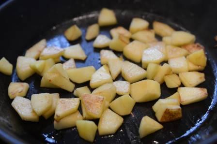 В том же масле обжариваем яблоки, очищенные от кожуры и нарезанные кубиками. Обжариваем, перемешивая, минут 5-10. Важно, чтоб яблоки сохранили свою форму и не расползались.