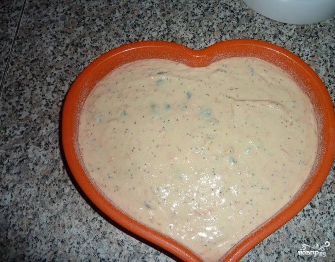 Силиконовую форму для запекания смажьте маслом. Вылейте в нее получившуюся творожно-морковную смесь.