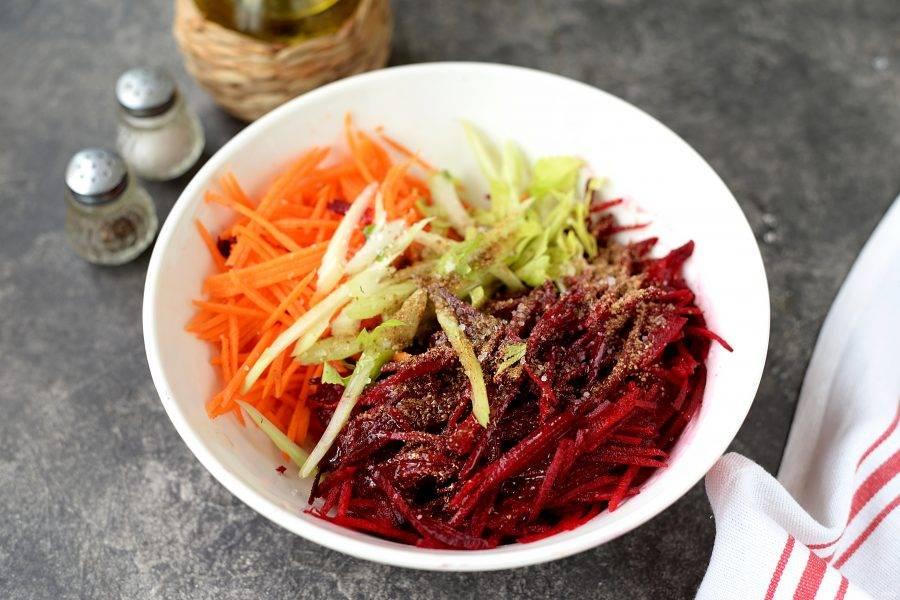 Дальше салат нужно вкусно заправить. Для этого мы вливаем любой 6% уксус, растительное масло, например, оливковое первого отжима, добавляем немножко сахара, соль и перец по вкусу. Я всегда кладу неполную чайную ложку приправы для моркови по-корейски, она идеально подходит к этим овощам, но если у вас ее нет под рукой, тогда всыпьте молотый кориандр и сухой чеснок, будет не менее вкусно.