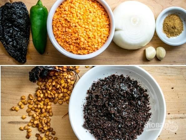 1. Вот наш набор ингредиентов. Поблано очистите от семян, выложите на фольгу и отправьте в духовку на пару минут. После измельчите. Нам понадобится примерно 2 ложки.