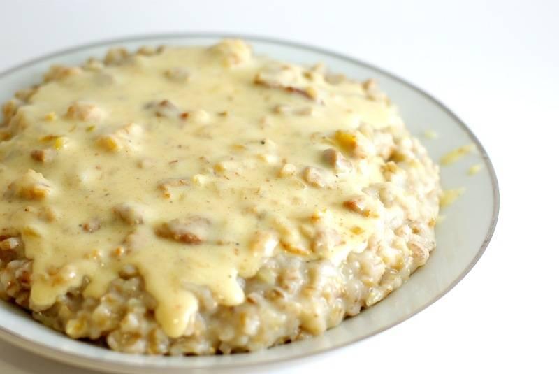 На тарелку выкладываем перловую кашу, сверху добавляем соус и подаем к столу. Приятного аппетита!
