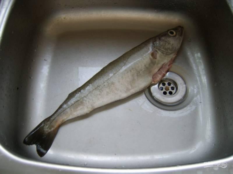 3.Выложите рыбу в мойку, промойте ее еще раз внутри и снаружи.