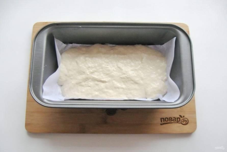 Половину теста выложите в форму для выпечки с пекарской бумагой.