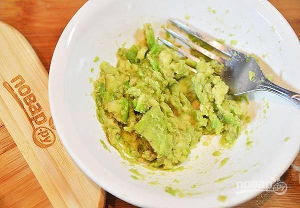 Делаем гуакамоле. Авокадо почистите и разомните вилкой.