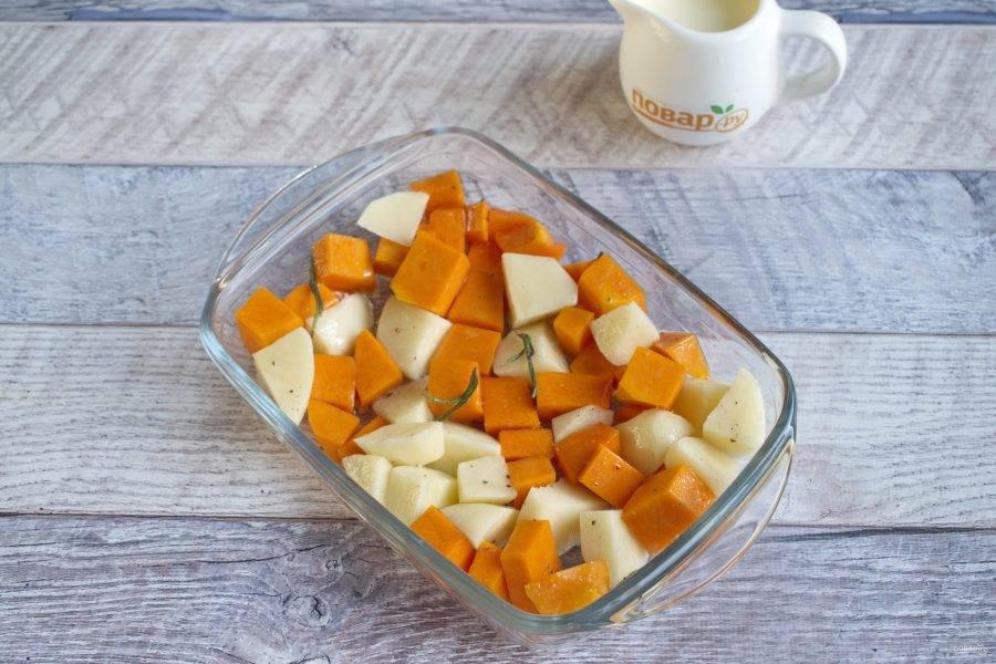 Тыкву, картофель, соль и перец по вкусу, растительное масло (2 ст. л.) перемешайте, выложите в форму для запекания.