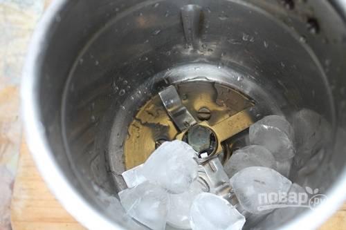 2. Выложите в чашу блендера лед.