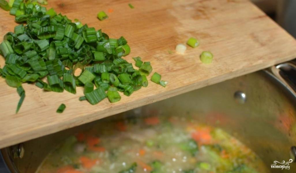Добавляем зеленый лук.