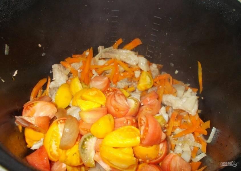 5.Порезанные овощи отправляю в чашу мультиварки через 15-20 минут после начала обжарки. Помидор мою и нарезаю дольками или крупными кусками, отправляю в чашу.
