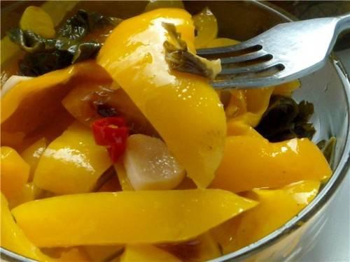 4. Еще один секретик - я использую сладкий болгарский перец в масле, который мы обычно закрываем на зиму. Именно он придает особый пикантный вкус баклажанам.