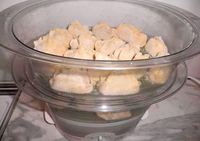 4. В пароварке смазываем формы маслом, выкладываем манты, и на пару держим 20-30 минут.