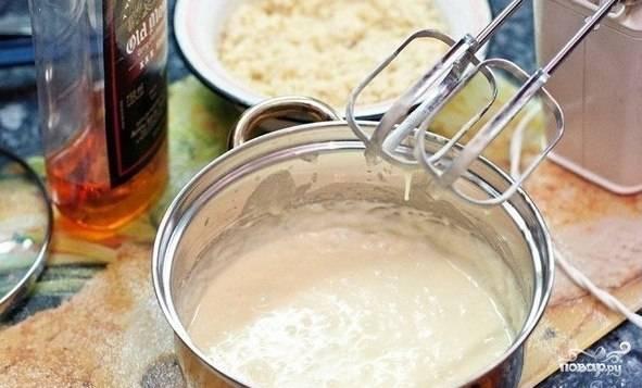 Взбиваем мягкое масло с сахаром, добавляем по одному яйца, взбиваем. Добавляем миндаль, смешанный с мукой, и ром или коньяк. Перемешиваем.