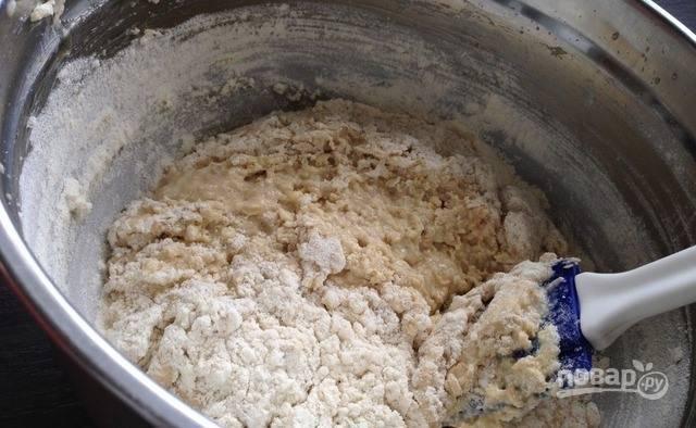 Дважды просейте муку через сито и соедините с содой. Вместо соды можно использовать разрыхлитель. Гасить соду не следует, так как в тесте есть сметана. Добавляйте порциями муку с содой к остальным ингредиентам и замесите тесто.